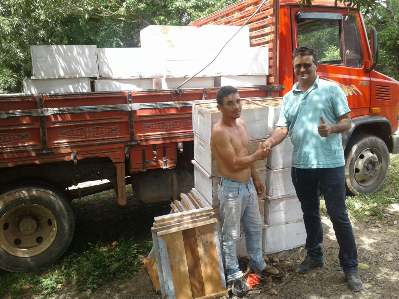 Prefeitura entrega caixas de abelha aos apicultores do município